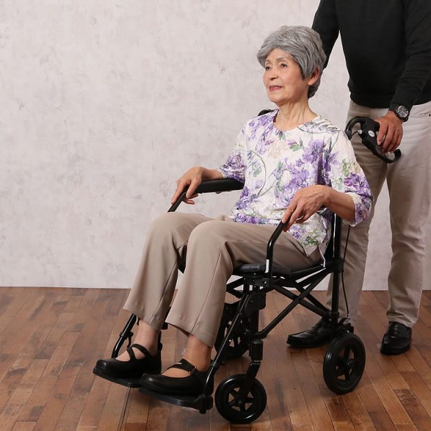 軽量折り畳み車椅子アルミ超軽量折りたたみ介助式車椅子カルらくバギー2