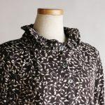 伸縮性のある華やかブラウス   シニアファッションのTCマート