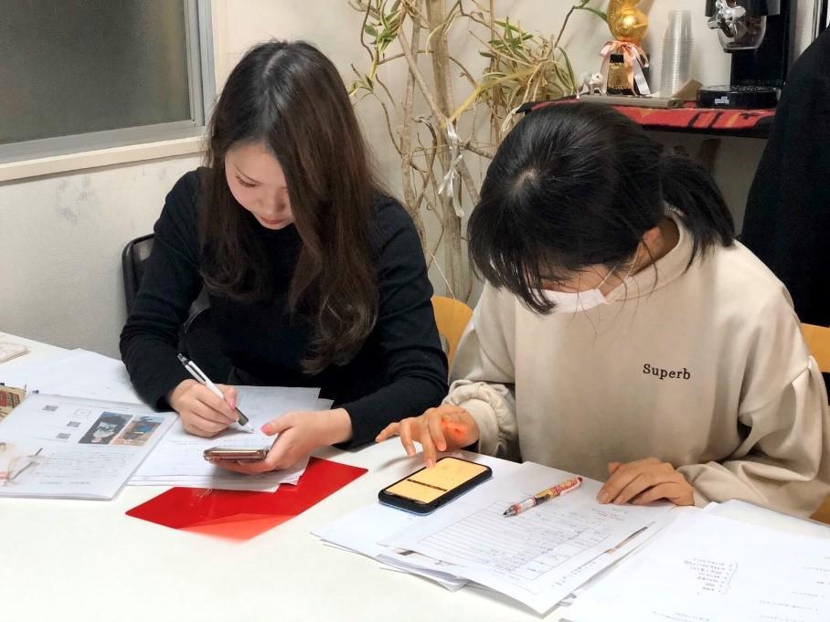 インターン生と会議をするシニアファッションブランドYOUKA(ヨウカ)