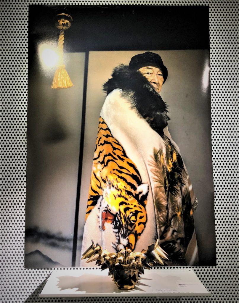 実家にある虎柄の毛布を着たシルバーテツヤの写真を見て感激するシニアファッションブランドYOUKAのスタッフ